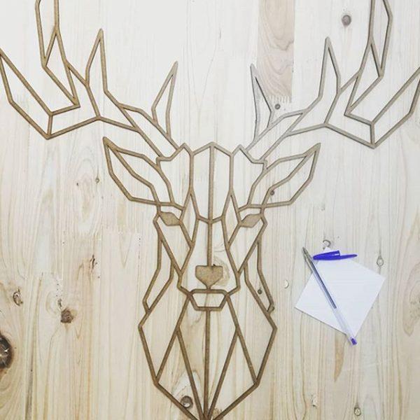 Ciervo poligonal acabado madera.